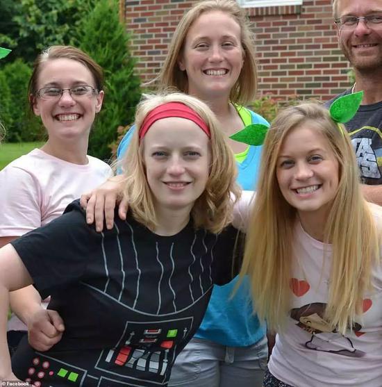 ▲艾米·斯汀博格(右前)、玛丽·戴森(后左一)、艾比·杰克逊(左前)、艾利森·金(后中)四姐妹不幸遇难 图据《每日邮报》