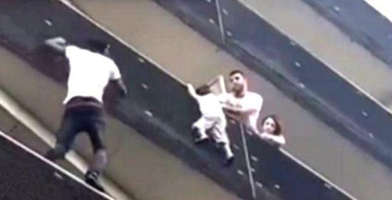 马里移民徒手救悬挂阳台外架上小孩