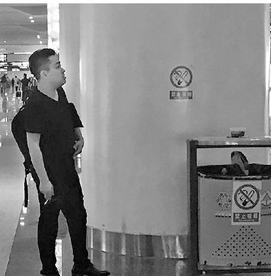 杭州东站不少人在禁烟标识下抽烟。
