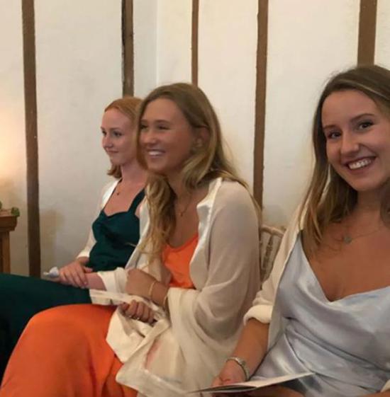 蒙巴頓的前妻佩妮和他們所生的3個女兒悉數出席。