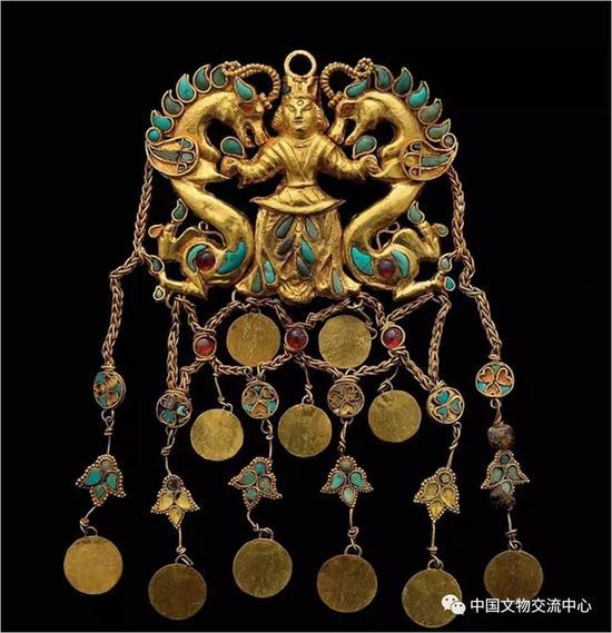 蒂拉丘地出土君主与龙配饰。从御龙者身上的服饰,以及龙这个形象,都可以看到中国元素对当地的影响。