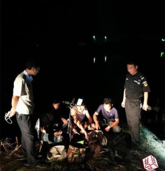 15日晚,禁渔期汉阳一家三人捕鱼被武汉渔政和水上公安部门联合查处。 荆楚网 图