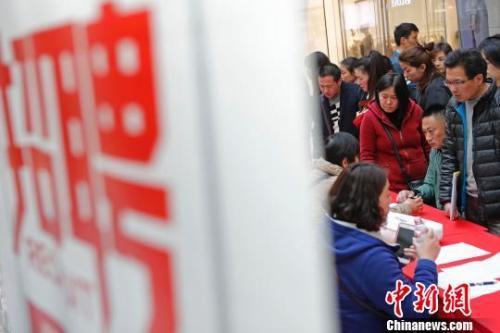"""资料图:""""春风行动""""招聘会近期在上海举行,图为招聘会现场。 殷立勤 摄"""
