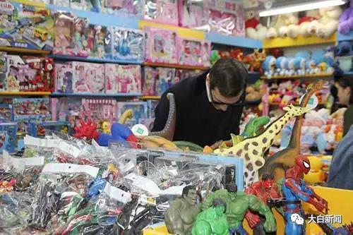 库什纳在北京秀水街购物(图/北京青年报)