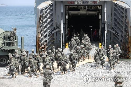 """图为""""双龙""""联合登陆演习照,摄于本月3日。(图片来源:韩联社)"""
