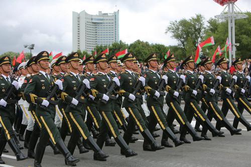 7月3日,在白俄罗斯首都明斯克,中国人民解放军仪仗队应邀参加阅兵式。新华社记者 魏忠杰 摄