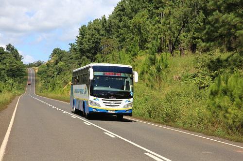 图为中国企业建设的斐济瓦努阿岛高速公路 新华社记者张永兴摄