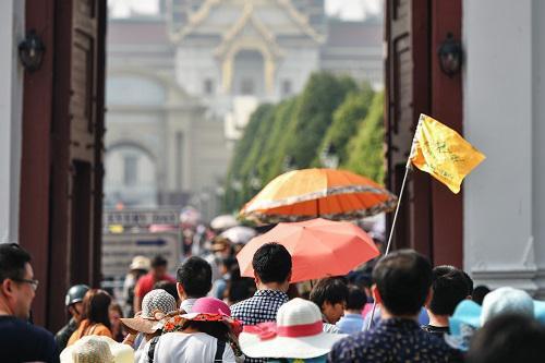 2016年2月11日,在泰国曼谷,来自中国的团队游客进入大皇宫游览。 新华社记者李芒茫摄
