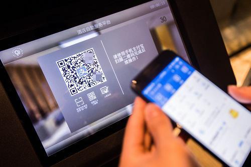 """2018-09-21,在杭州睿沃智慧酒店,旅客体验使用""""电子身份证""""办理酒店入住。 新华社发"""