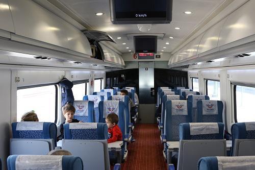 中国企业参与建设的高铁线路使土耳其老百姓直接受益。图为2017年4月30日,在土耳其伊斯坦布尔彭迪克火车站,乘客坐在开往安卡拉的高铁列车内。新华社记者 秦彦洋 摄