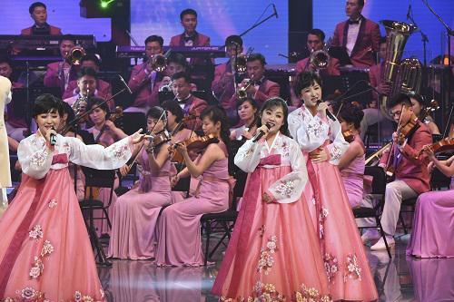 資料圖:2018年2月8日晚,由朝鮮三池淵管弦樂團組成的朝鮮藝術團成員在韓國江陵藝術中心表演。 新華社發