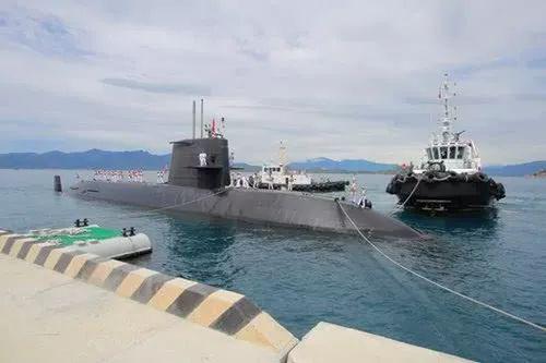 """▲""""黑潮""""号潜艇抵达越南金兰湾。(《人民军队报》)"""