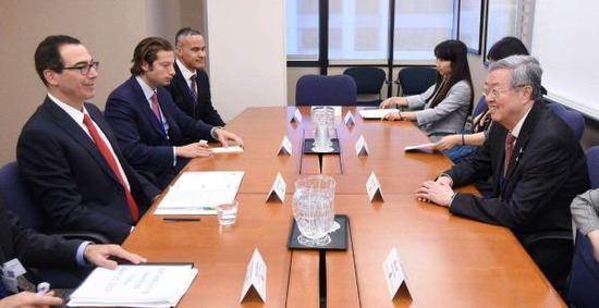 """2017年4月,美国财长姆奴钦与周小川、商务部长肖捷""""商谈""""汇率与贸易。"""