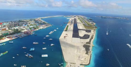 (中国援建马尔代夫机场。)