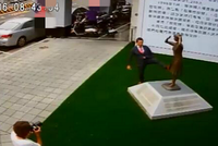 日代表赴台踹慰安妇铜像 台官员:都怪民进党媚日