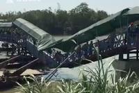 国庆长假游客扎堆看赛龙舟 桥被压弯呈V字型(图)