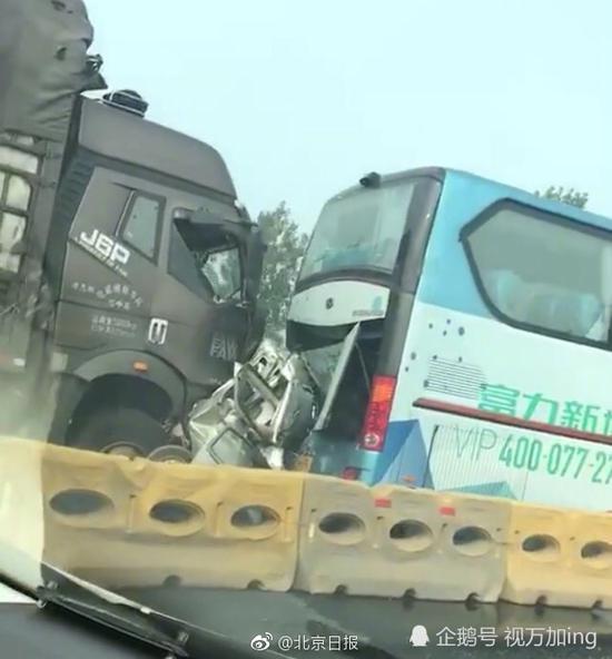 """京哈高速突发惨烈事故:汽车被大货车撞成""""铁饼"""""""
