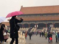 北京喜迎降雪 故宫游人雪中赏景