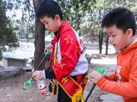 """北京""""环保小卫士""""颐和园里劝阻游客随手扔垃圾"""