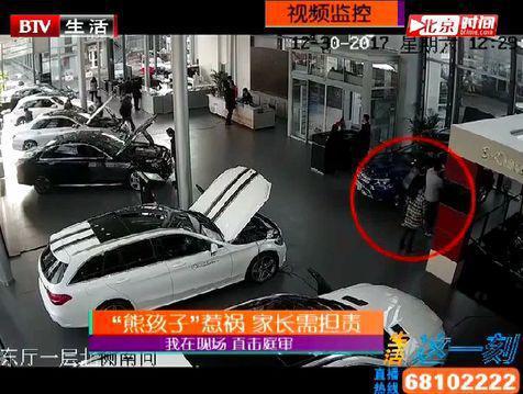 △事发前,周先生一家三口正在看车
