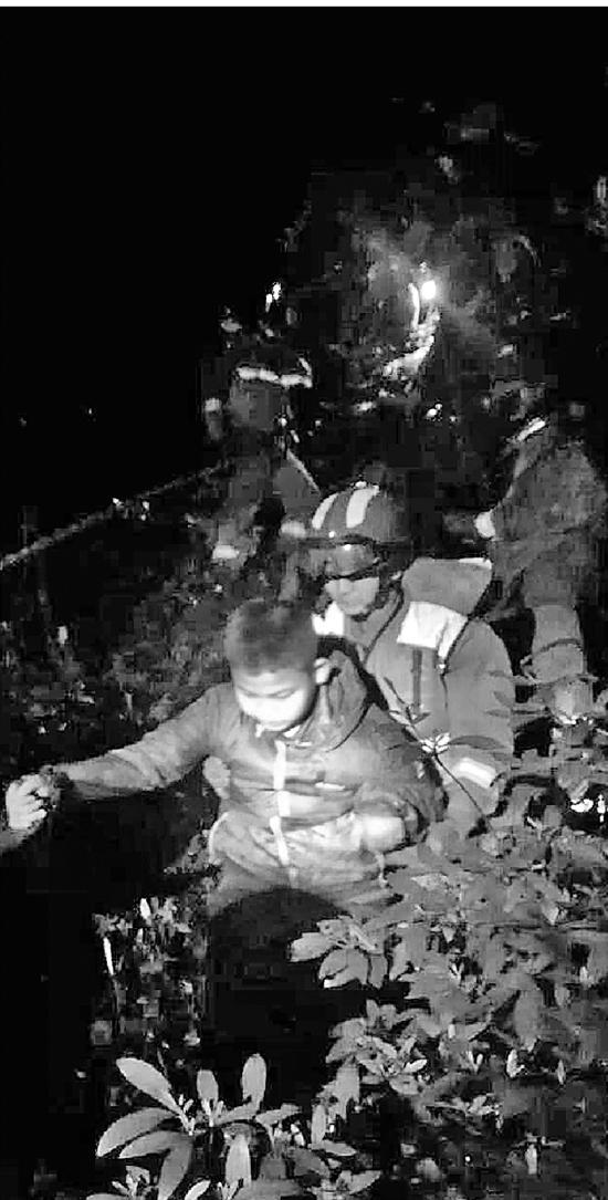 5岁孩子获救时冷得浑身发抖。