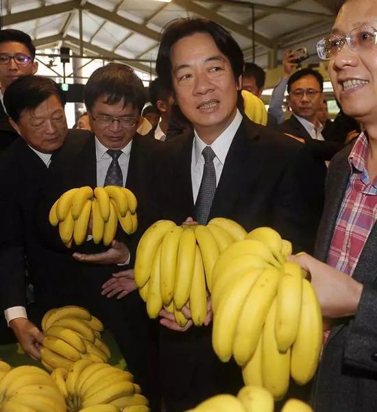 ▲资料图片:2017年,赖清德到水果摊位推销台南香蕉。