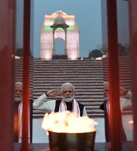 当地时间2月25日,莫迪在印度国家战争纪念碑前敬礼。同一时刻,印度空军已经准备好空袭巴基斯坦。
