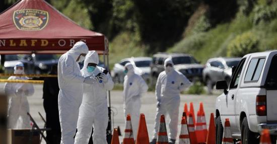 △工作人员在美国洛杉矶的新型冠状病毒免下车检测站工作