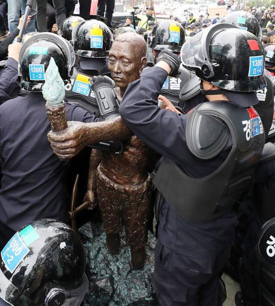 1日,警察监视劳工像,避免市民团体靠近