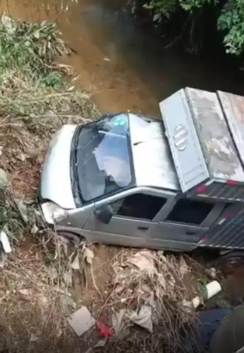 货车正在碰倒门生后突入路边的一条水沟内。 视频截图