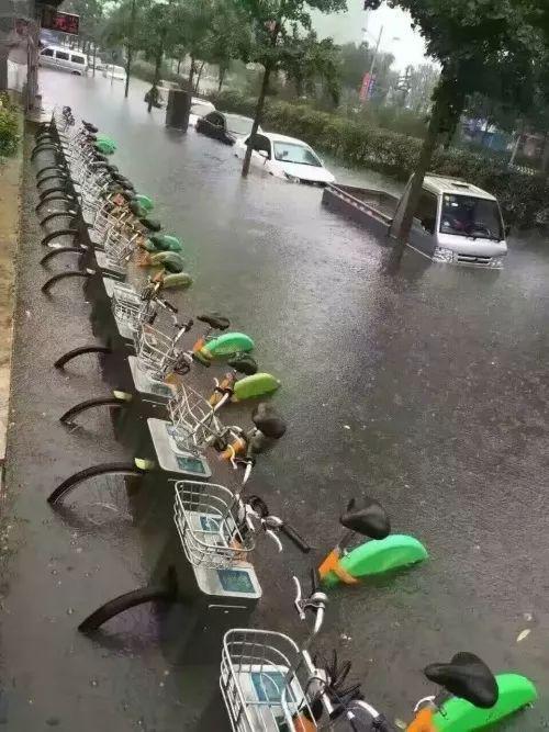 2016年,太原的共享自行车位被水淹没
