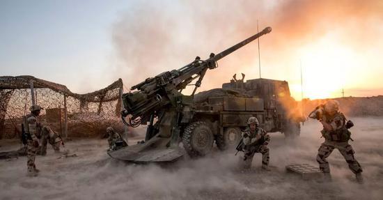 """▲在多国部队的打击下,""""伊斯兰国""""控制的区域正在不断缩小。图为法军士兵正在向""""伊斯兰国""""武装分子开火。"""