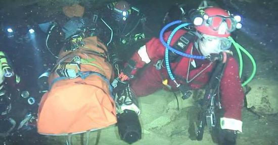 图说:中国救援队员表示,网上盛传的这张洞内照片为虚假