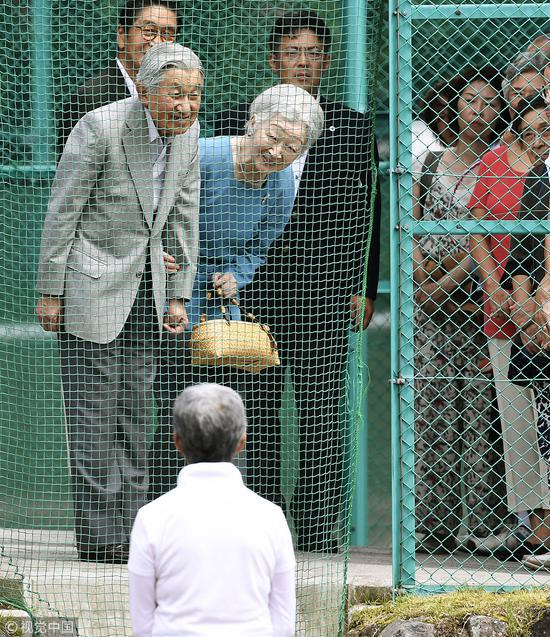 8月25日,日本明仁天皇和美智子皇后重返61年前他们第一次相遇的网球场。(图片来源:视觉中国)