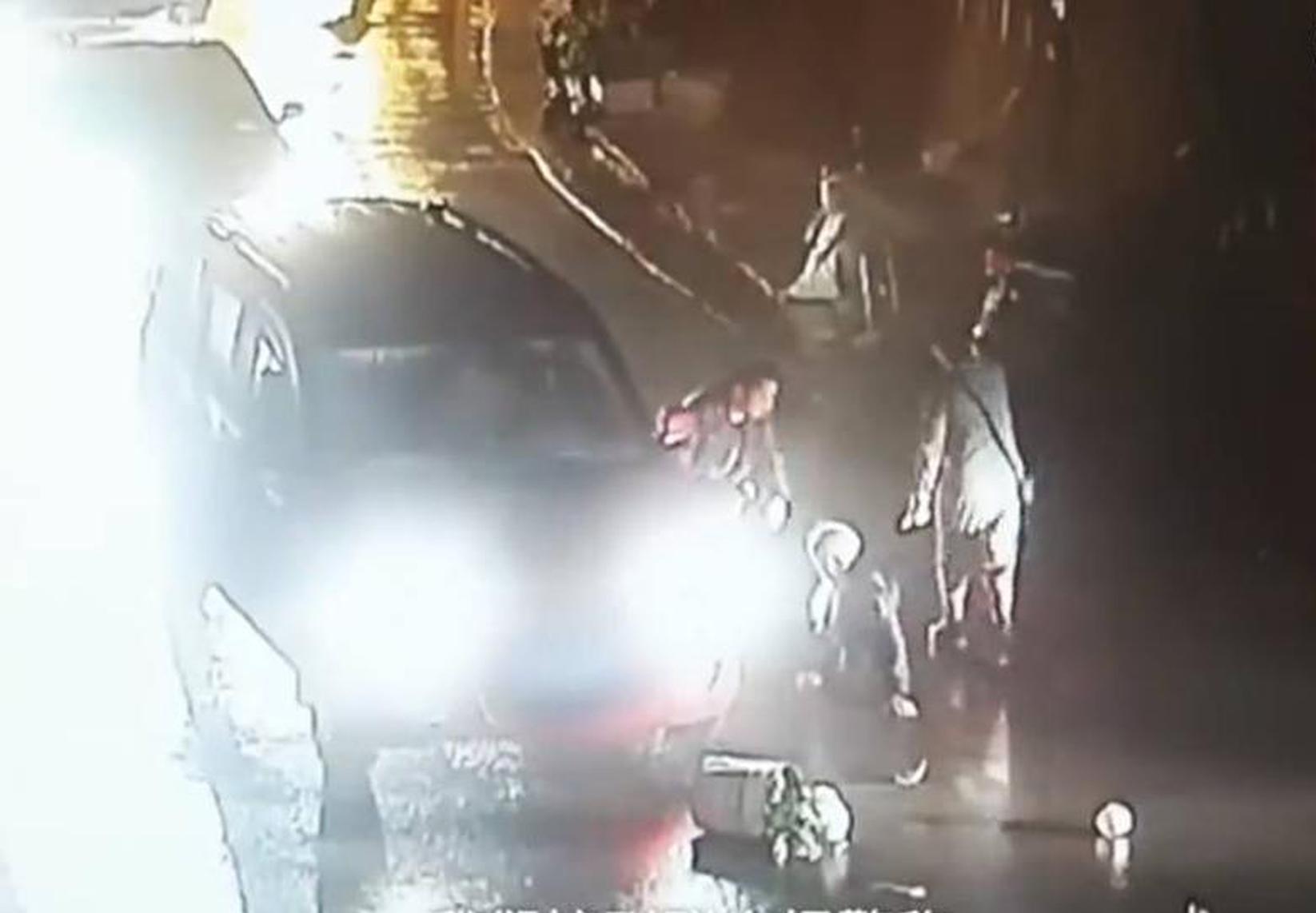 老板撕女下属内衣视频