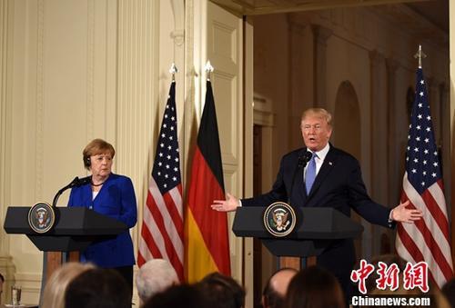 资料图:2018年4月27日,美国总统特朗普在白宫会见来访的德国总理默克尔,并共同会见记者。中新社记者 刁海洋 摄