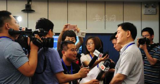教育厅厅长李和平向媒体介绍考试情况。新安晚报 安徽网 图