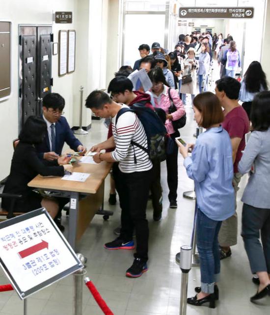 申请旁听朴槿惠庭审的韩国市民排起了长队