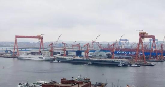▲图为前方军迷传回的001A航母即将驶离码头远景照片。(感谢网友:特警4587的马甲 供图)