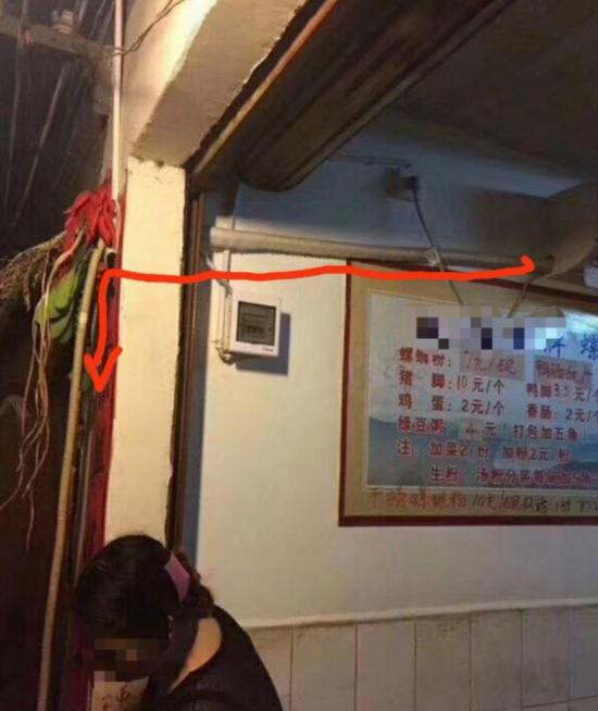 网友拍摄的图片中,可看到这条水管穿墙而过,与空调机排水管相连(红色箭头所示)。