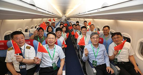 中百姓航局总飞翔师万背东、中国商飞公司副总司理程祸波一止正在年夜兴机场体验ARJ21试飞