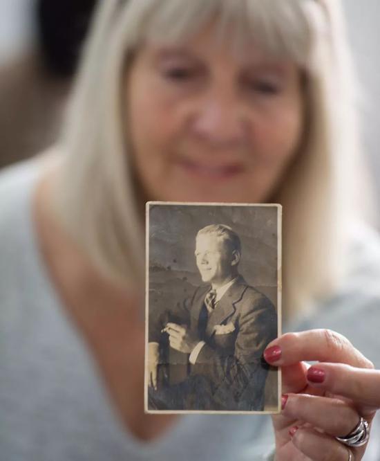 2014年4月28日,辛德贝格的中甥女玛丽安娜展现辛德贝格的肖像照片。新华社记者李响摄