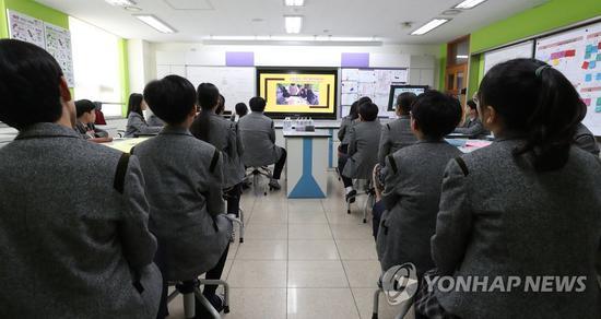 韩国中学生在听课