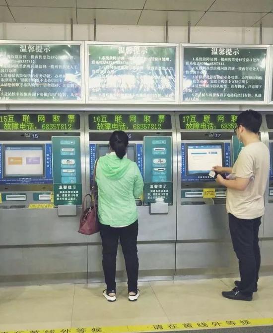2018年5月19号,胡红岩在郑州东站买票,近期,她多次往返于郑州和新乡两地。新京报记者 赵蕾摄