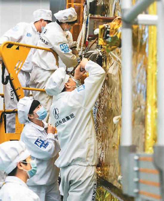 中国航天科技集团五院东方红五号平台卫星研制现场。新华社记者 殷 刚摄