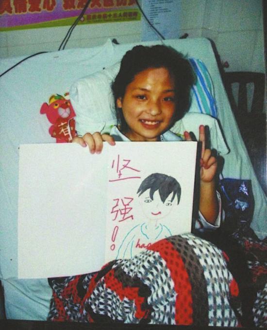 何亚军2008年被救出后,在医院接受腿部治疗。