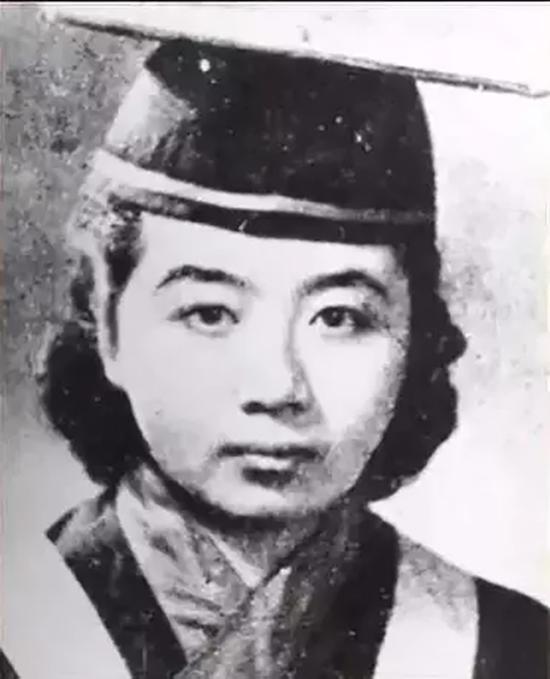 叶嘉莹先生的学士学位毕业照。
