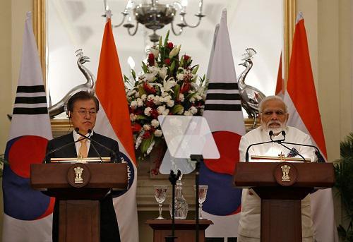 10日,印度总理莫迪(右)和韩国总统文在寅在新德里举行联合记者会。(路透社)