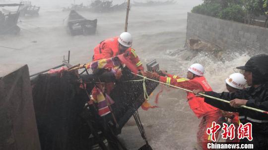 福州連江消防官兵颱風登陸期間冒險營救受困漁民。 阮旭寧 攝