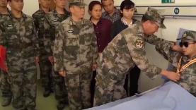 视频:泪目!排雷英雄杜富国抬起残缺右臂敬礼!